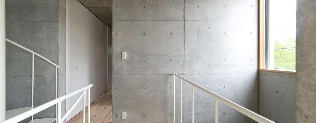 犬山の家 / House in Inuyama: 市原忍建築設計事務所 / Shinobu Ichihara Architectsが手掛けた廊下 & 玄関です。