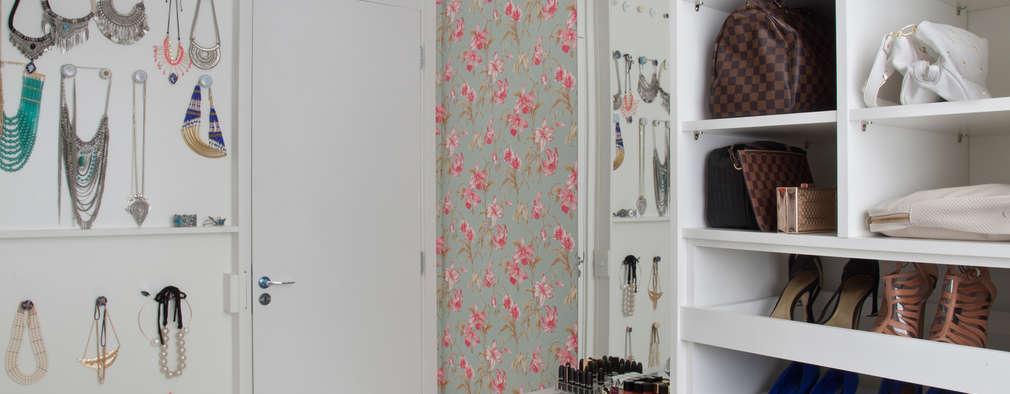 Walk in closet de estilo  por Carolina Mendonça Projetos de Arquitetura e Interiores LTDA