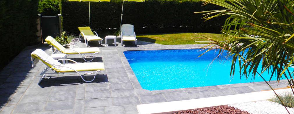 après, aménagement autour de la piscine: Piscines  de style  par AD2