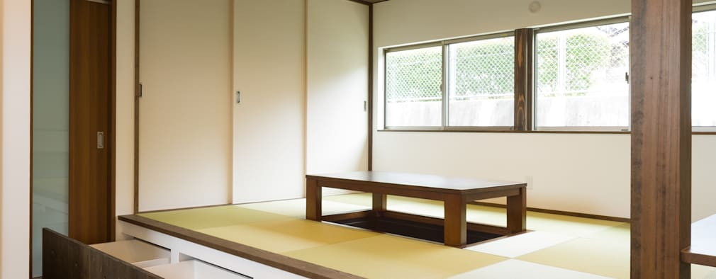 坂の家1: 株式会社かんくう建築デザインが手掛けたリビングです。