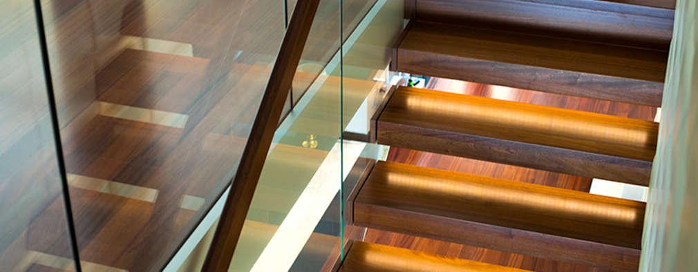 Schody wspornikowe na tle tapicerowanej ściany: styl , w kategorii  zaprojektowany przez KAISER Schody Sp. z o.o.