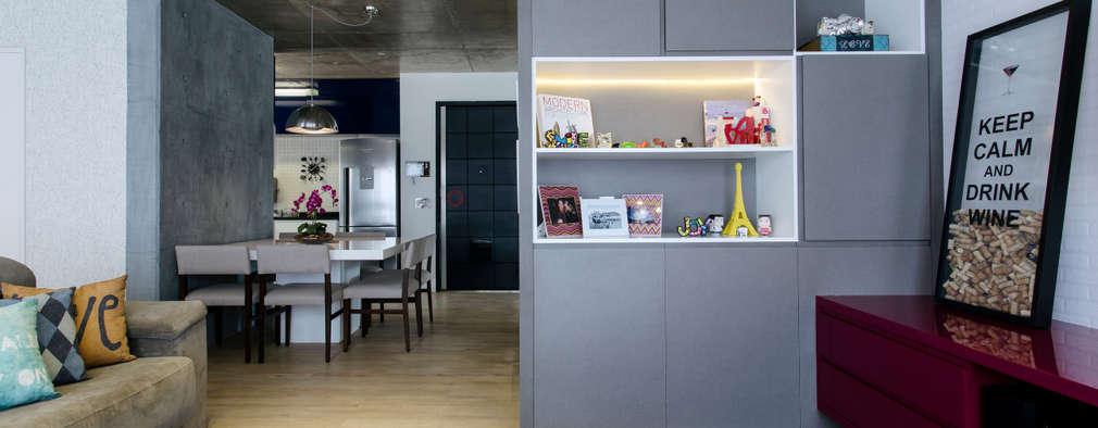 غرفة المعيشة تنفيذ Adriana Pierantoni Arquitetura & Design