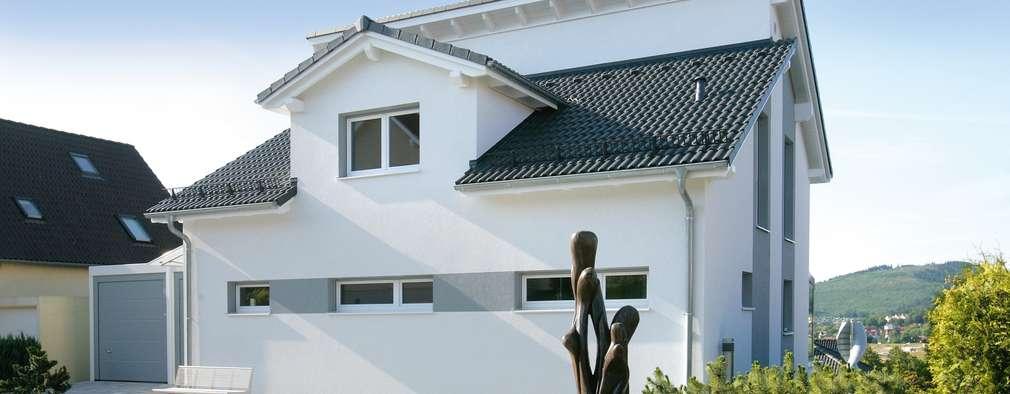 Projekty, nowoczesne Domy zaprojektowane przez Fertighaus Servicebüro Schwarz