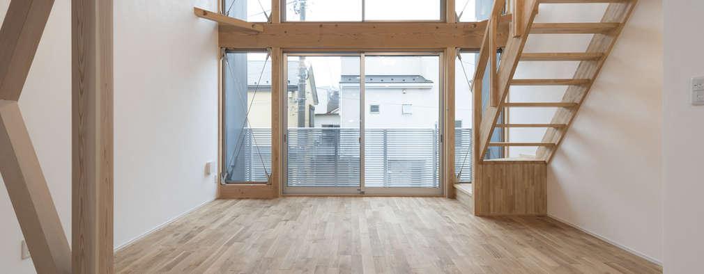 Salas / recibidores de estilo moderno por 岡本建築設計室