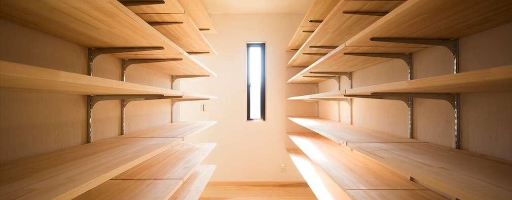 大容量の収納スペース: ナイトウタカシ建築設計事務所が手掛けたガレージです。