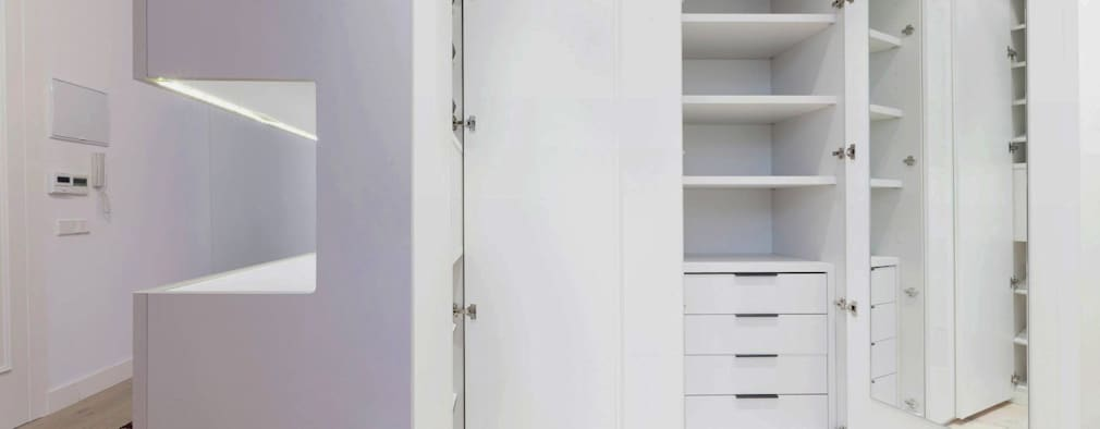 Vestidores y closets de estilo minimalista por  Simona Garufi
