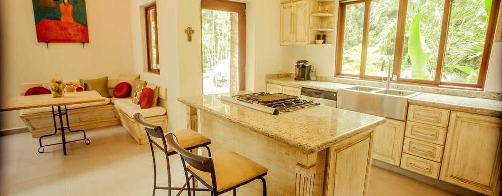 Casa Baya: Cocinas de estilo moderno por IURO
