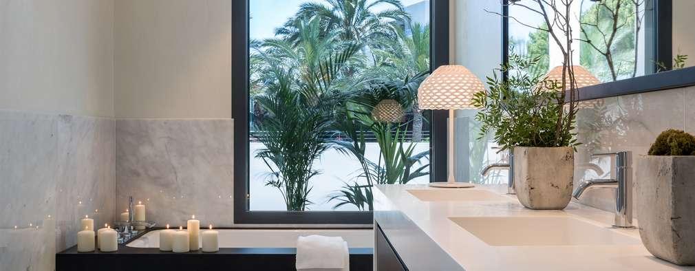 Baños de estilo mediterraneo por Laura Yerpes Estudio de Interiorismo