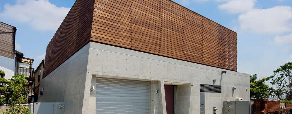 木製目隠し格子とコンクリート打放しの外観: モリモトアトリエ / morimoto atelierが手掛けた家です。