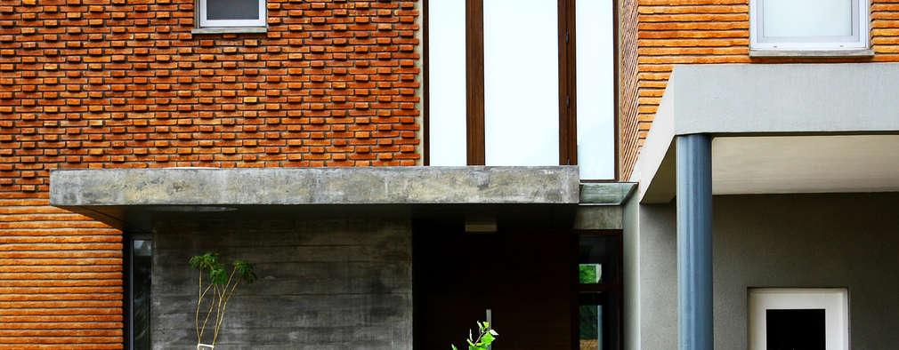 Casas de estilo moderno por AGUIRRE+VAZQUEZ