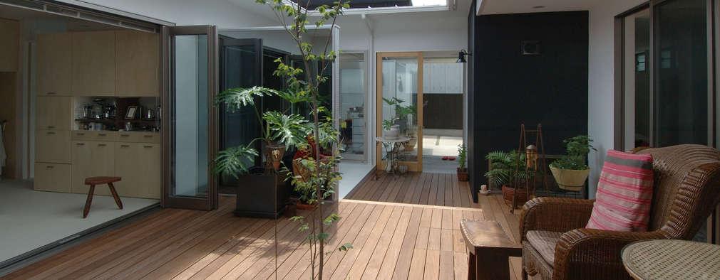 中庭のウッドデッキ: スタジオ・ベルナが手掛けたベランダです。
