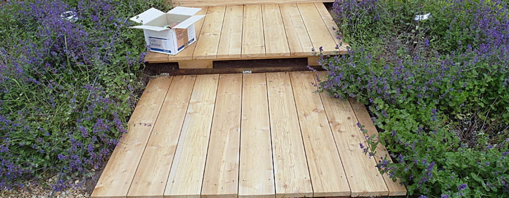 Patios peque os 12 ideas con piso de madera for Pisos para patios pequenos
