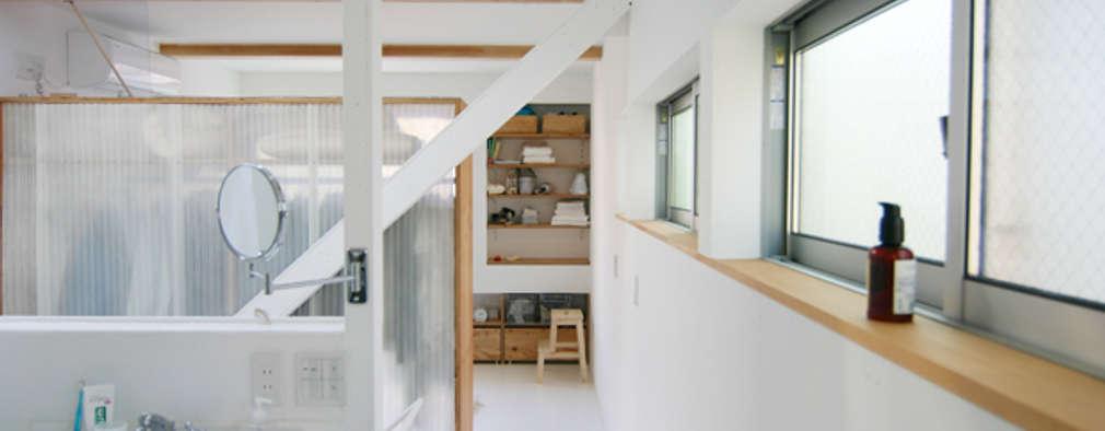 斜め材をあらわし空間をつなげた3階建て木造住宅: 石井井上建築事務所が手掛けた寝室です。