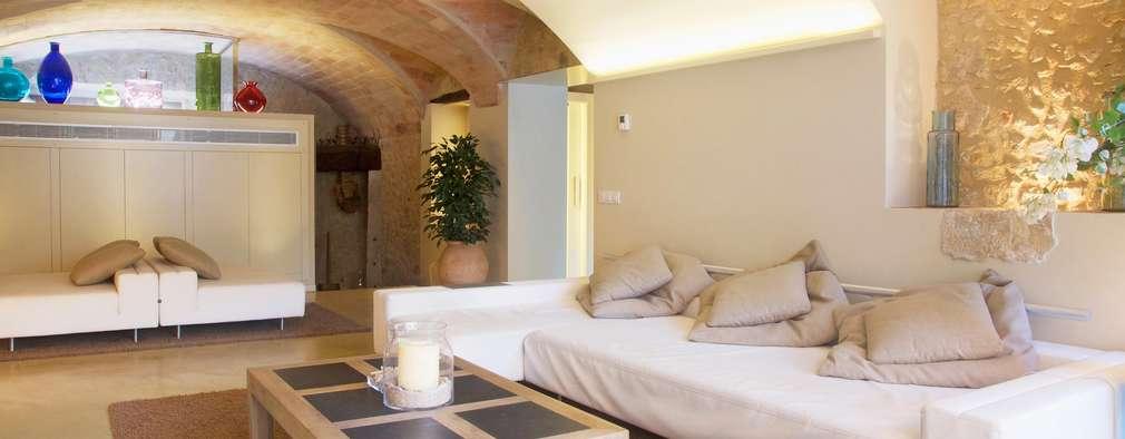 Salas de estilo mediterraneo por Brick construcció i disseny
