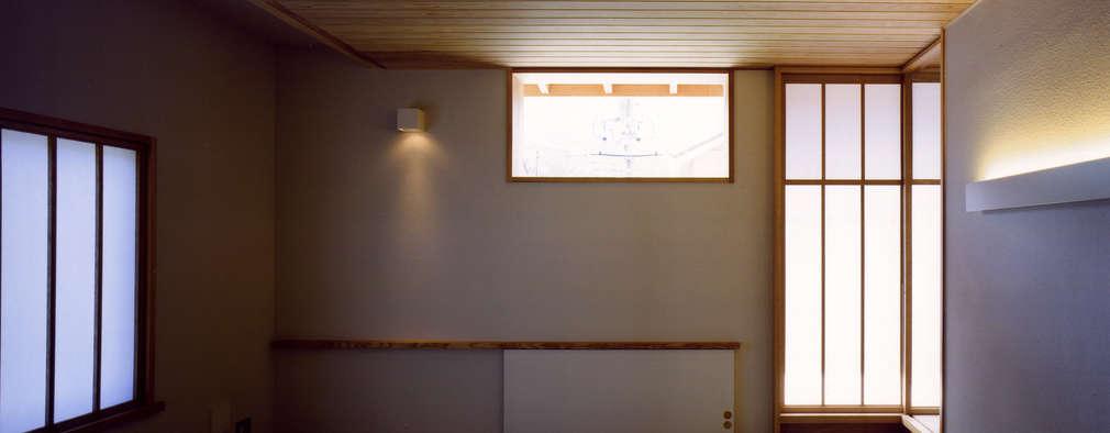 大野中の家1: 辻・近川建築設計事務所が手掛けた寝室です。