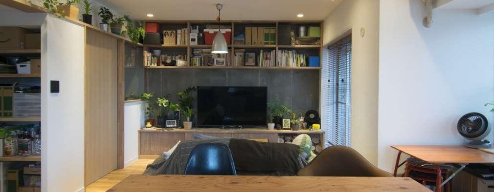 Salas de estar modernas por 株式会社エキップ