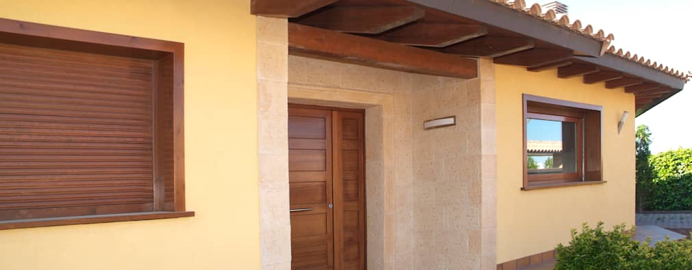 Casas de estilo mediterraneo por RIBA MASSANELL S.L.