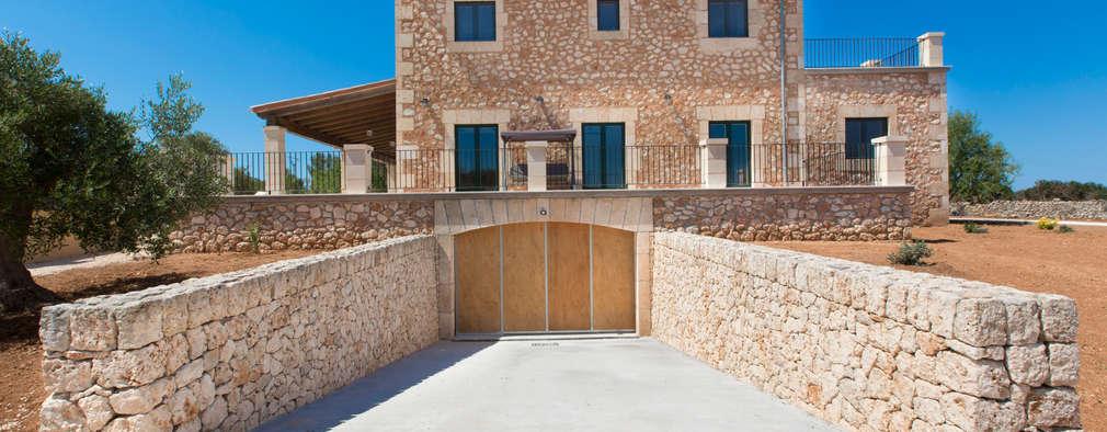 rustic Garage/shed by ISLABAU constructora