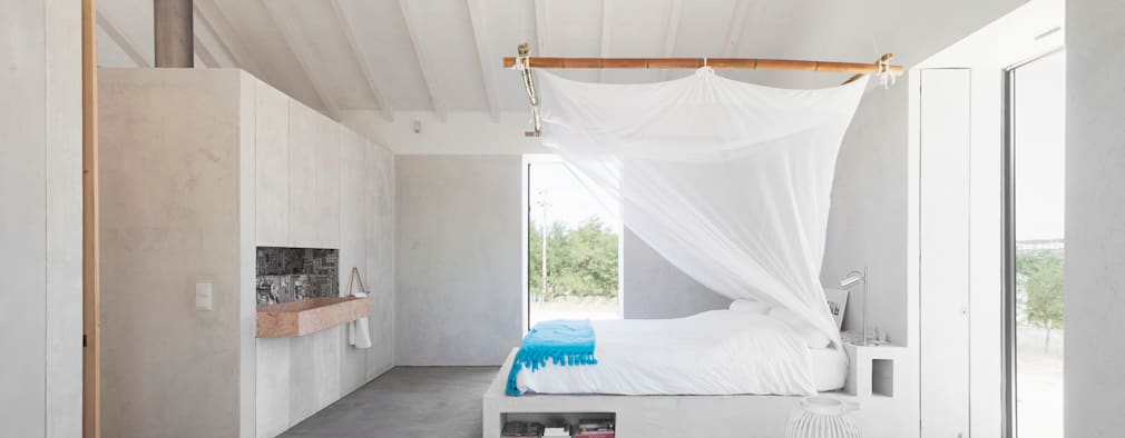 Camera da letto in stile in stile Moderno di Atelier Data Lda