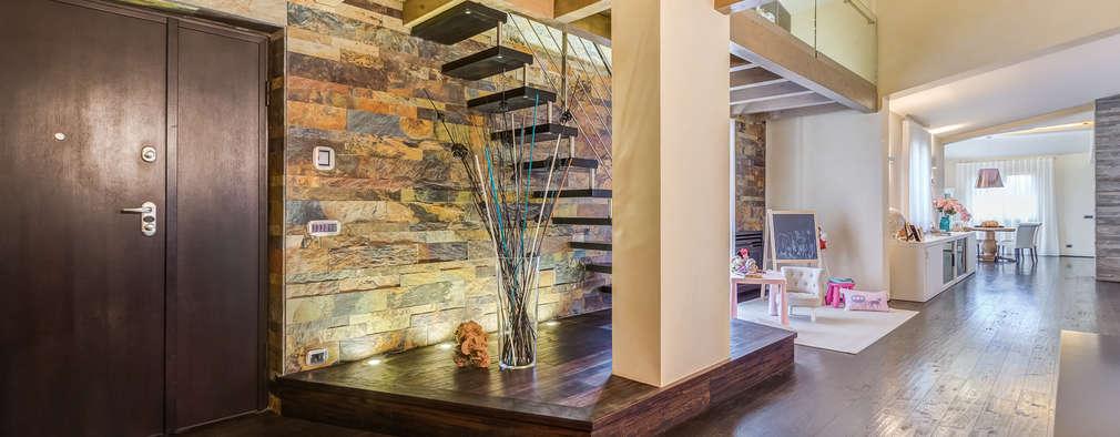 Projekty,  Korytarz, przedpokój zaprojektowane przez Erina Home Staging