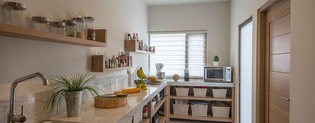 Cocinas de estilo moderno de ROMERO DE LA MORA