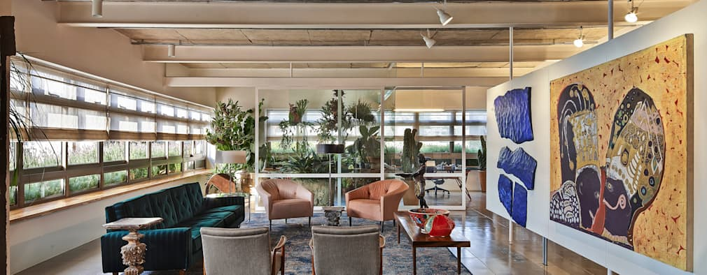 Sala de estar e jardim ao fundo: Salas de estar minimalistas por Piratininga Arquitetos Associados