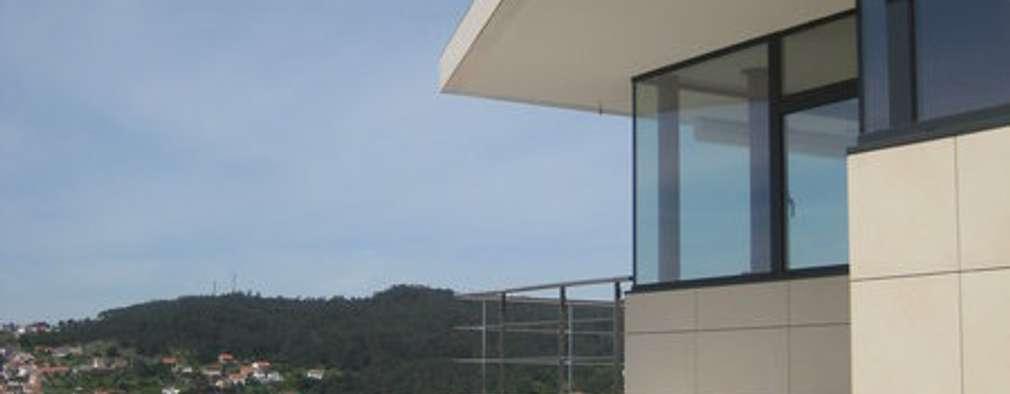 Alzado este: Casas de estilo moderno de MIGUEL VARELA DE UGARTE, ARQUITECTO