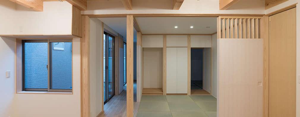 Гостиная в . Автор – 家山真建築研究室 Makoto Ieyama Architect Office