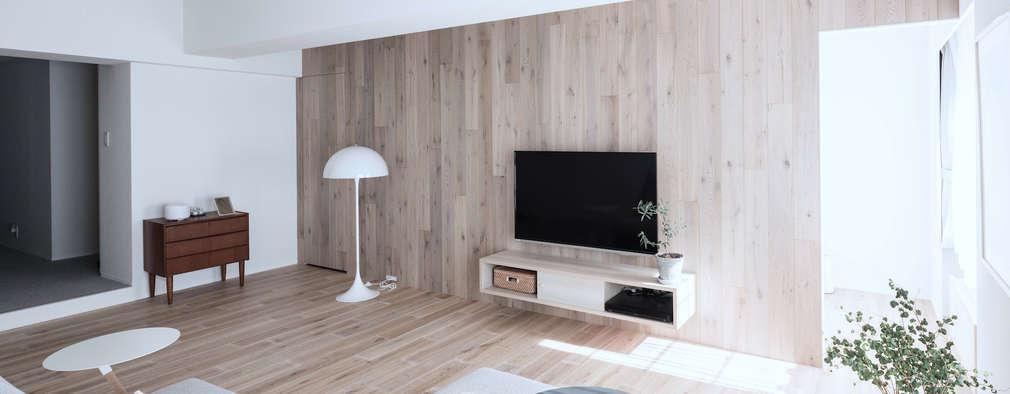 Livings de estilo escandinavo por 一色玲児 建築設計事務所 / ISSHIKI REIJI ARCHITECTS