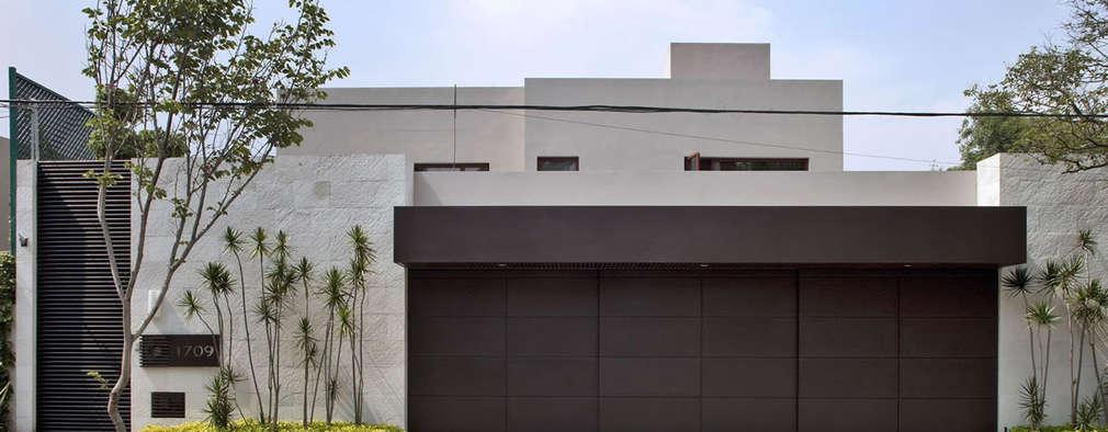 Estos dise os de fachadas protegen la privacidad y dan for Fachada de casas modernas con porton