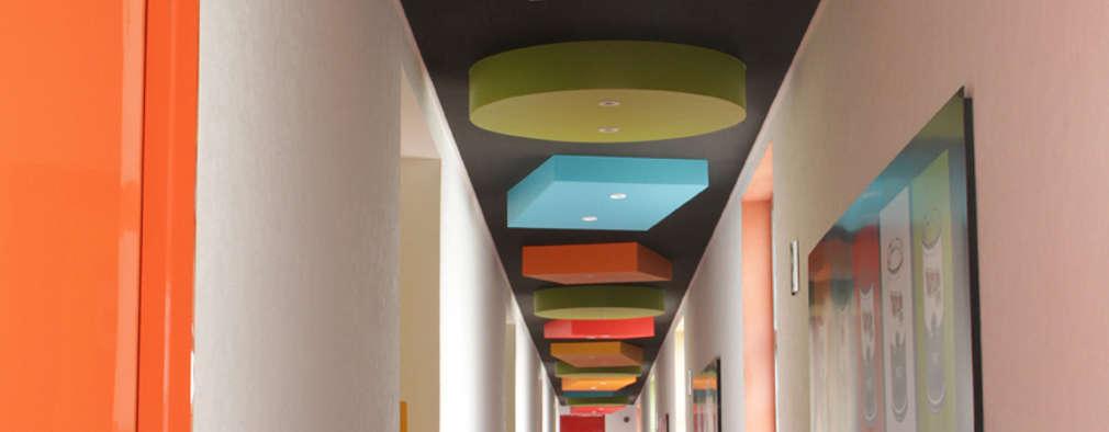 Projekty,  Korytarz, przedpokój zaprojektowane przez DIN Interiorismo