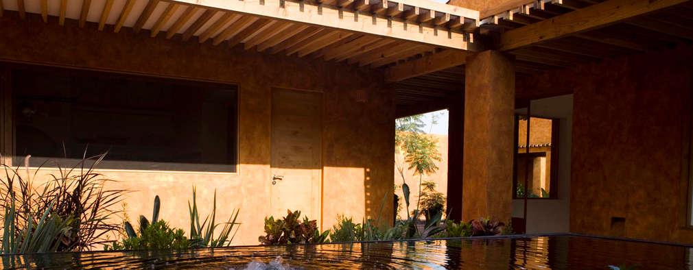 Casas de estilo moderno por José Vigil Arquitectos