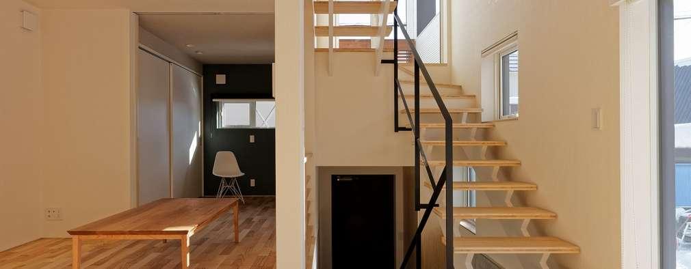 段差を繋ぐ家: 富谷洋介建築設計が手掛けたリビングです。