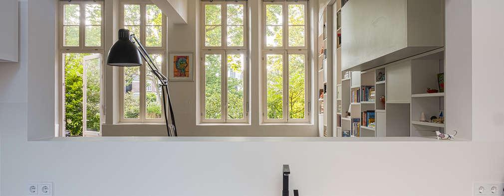 Interieur woning in school met XXL kast met taatsdeur, studie en nieuwe keuken: moderne Keuken door Joep van Os Architectenbureau