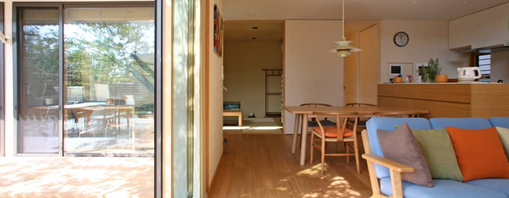 蕨市のコートハウス: 設計事務所アーキプレイスが手掛けたリビングです。