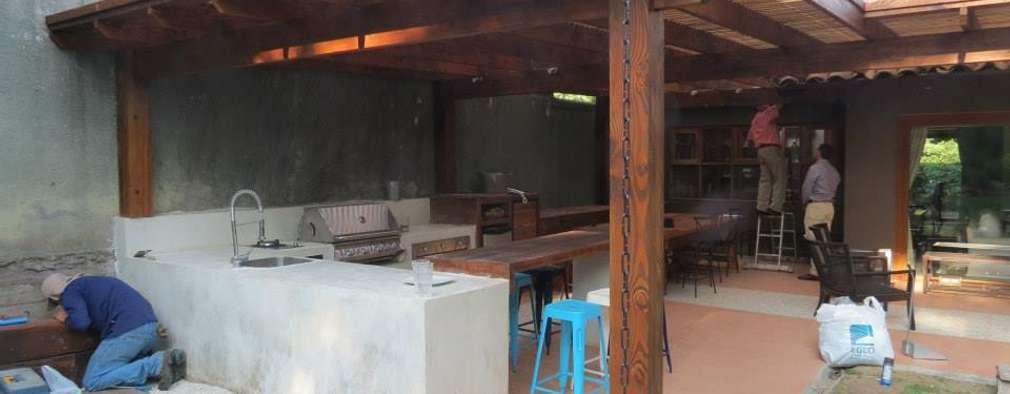 Terrasse de style  par OBRAA QUINCHOS Y TERRAZAS