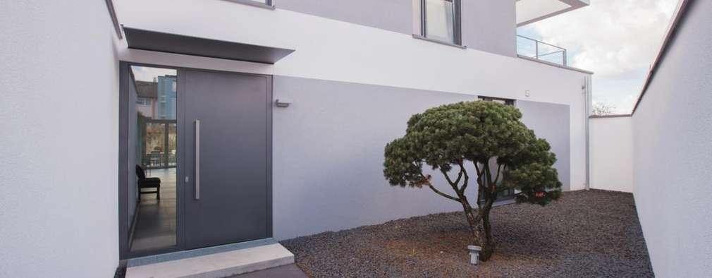 Casas de estilo minimalista por BPLUSARCHITEKTUR