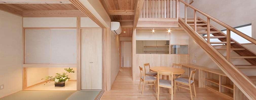 土佐木材、土佐漆喰で建てた気持ち良い家: エニシ建築設計事務所が手掛けたリビングです。