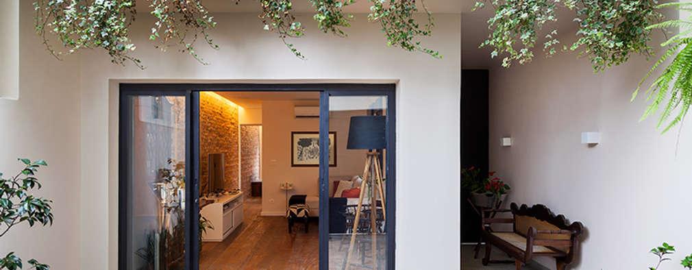 Casas de estilo ecléctico por Tria Arquitetura