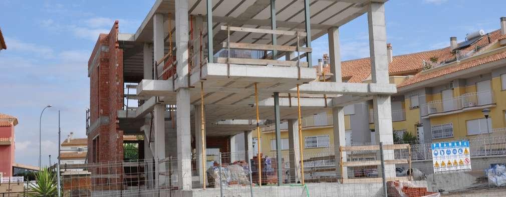 VIVIENDA UNIFAMILIAR AISLADA: Paredes y suelos de estilo moderno de FRAMASA CONSTRUCTORA DEL NOROESTE SLU