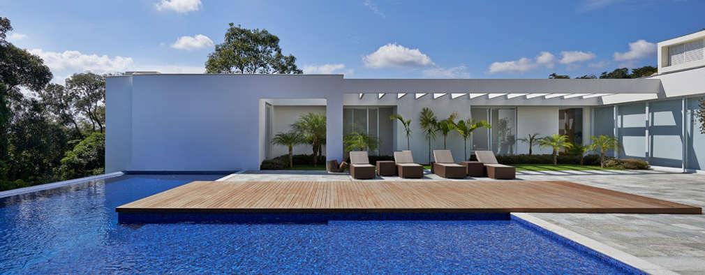 Um espet culo esta casa moderna tem piscina e jardim for Casas modernas com piscina