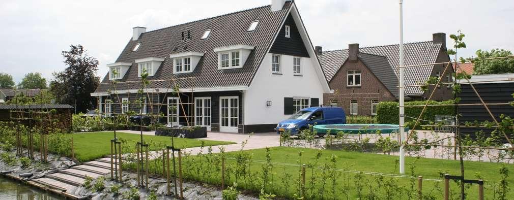 Landelijke woning met wit gevelstucwerk en zwart potdekselwerk.: landelijke Huizen door Brand BBA I BBA Architecten