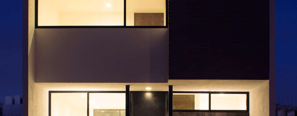 Fachada Casa Pedregal de noche : Casas de estilo minimalista por Región 4 Arquitectura