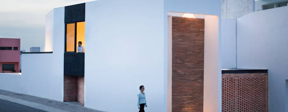 Projekty, minimalistyczne Domy zaprojektowane przez Región 4 Arquitectura