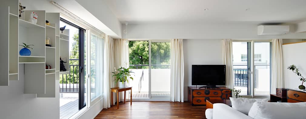 Livings de estilo moderno por 向山建築設計事務所