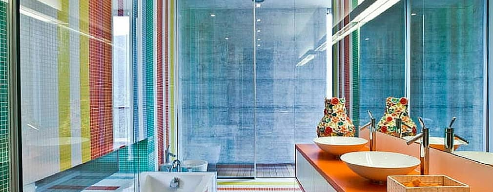 A cor.: Casas de banho modernas por Obr&Lar - Remodelação de Interiores