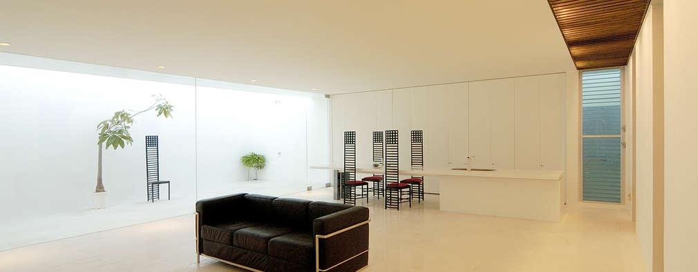 Salon de style de style Minimaliste par 門一級建築士事務所