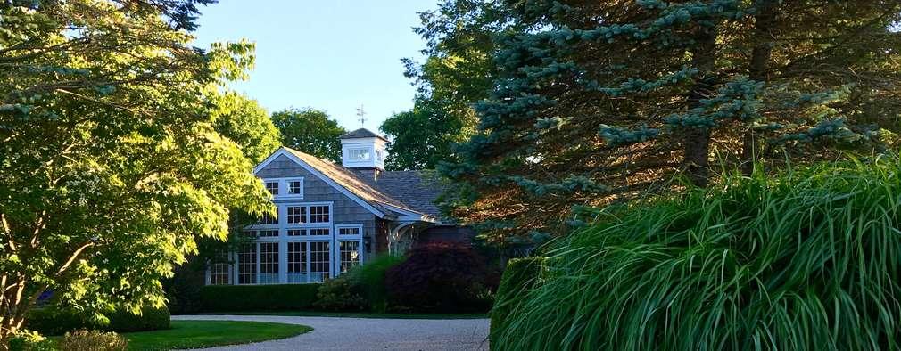 Quogue Beach House: classic Houses by Lorraine Bonaventura Architect