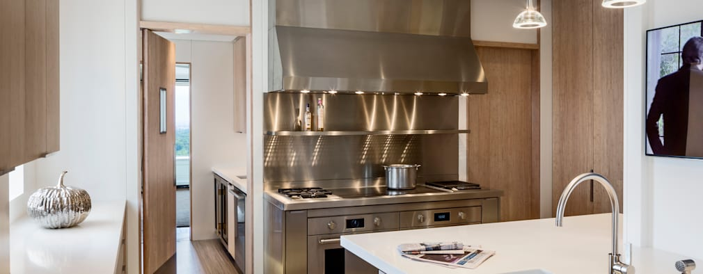 Cucina in stile in stile Moderno di Lilian H. Weinreich Architects