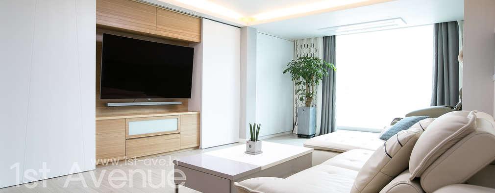 Salas de estilo moderno por 퍼스트애비뉴